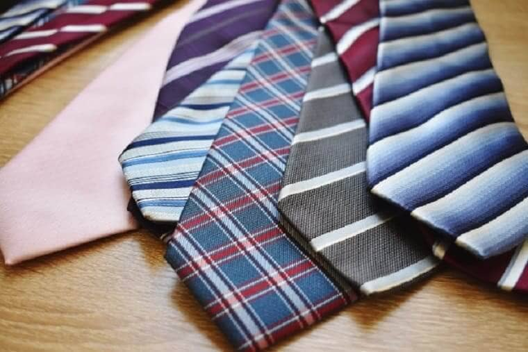 乱雑に並べられた何本ものネクタイ