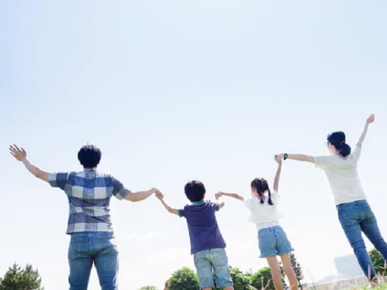 手をつなぐ4人の家族