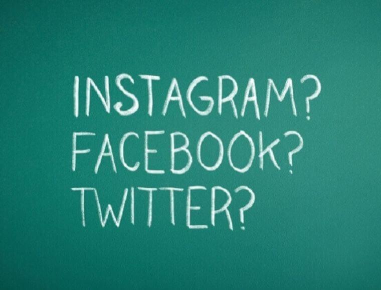 黒板に書かれたインスタグラム・フェイスブック・ツイッターの文字