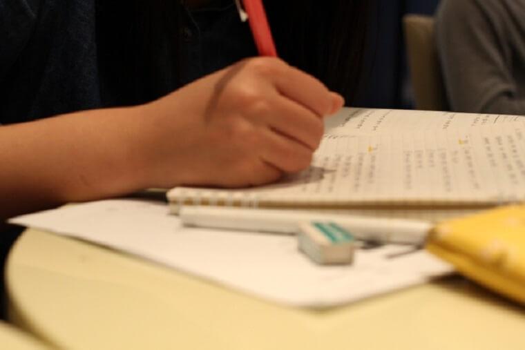 ノートに書き込む人