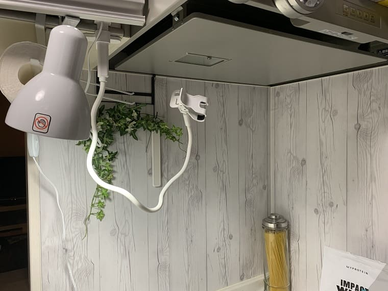 IH頭上の料理撮影用ライトとスマホホルダー