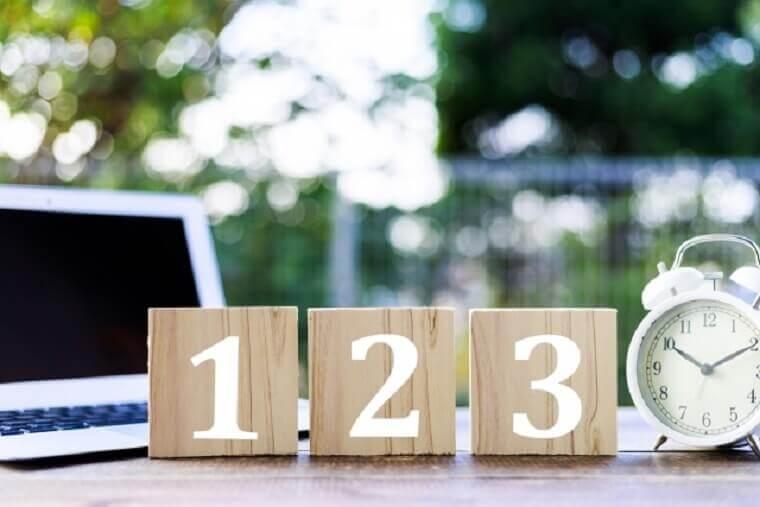 123と書かれた机の上の木のブロック