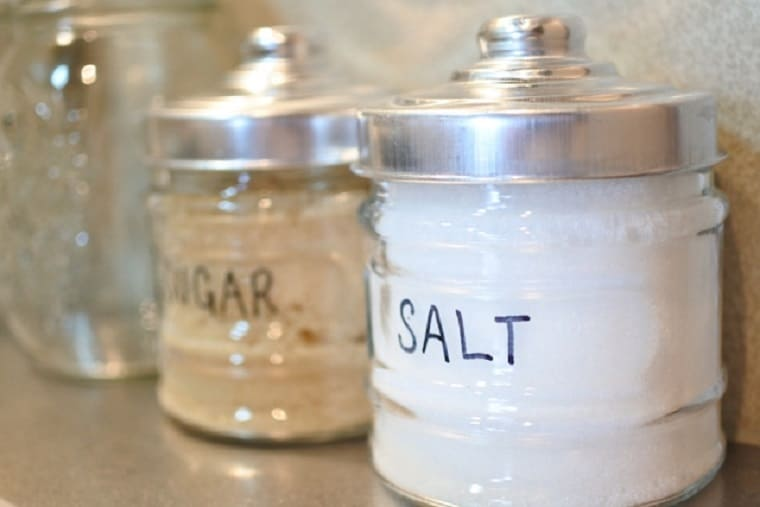 おしゃれな瓶に入った砂糖と塩