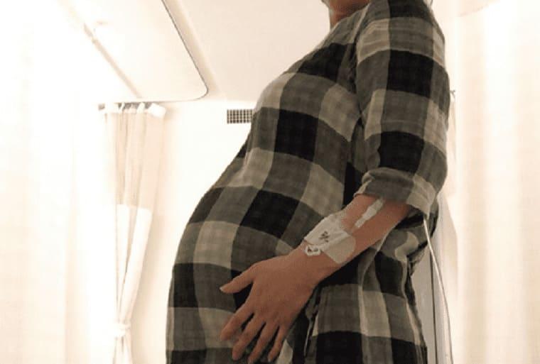 妊娠26週の双子妊婦のお腹