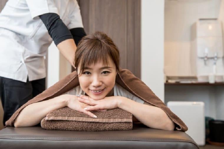 整体で施術を受ける笑顔の女性