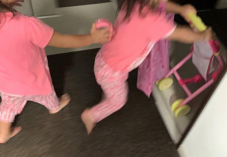 家の中で走り回る双子姉妹