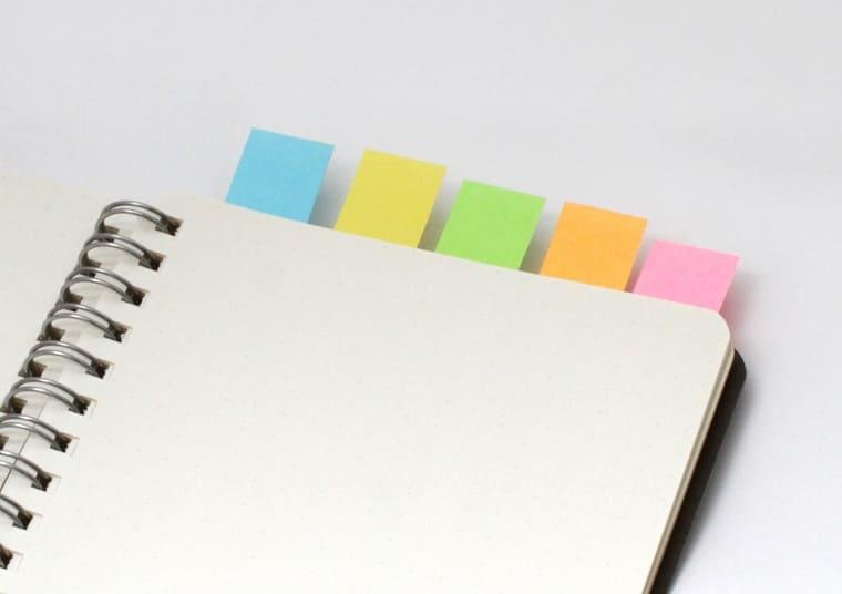 5枚の付箋が貼られたリングノート