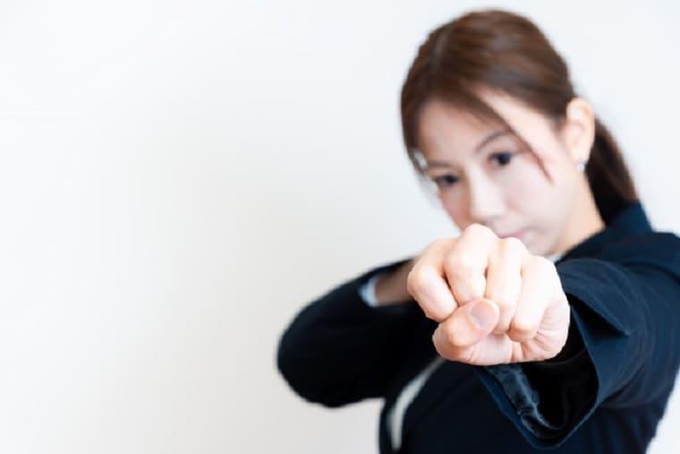 左手でパンチする若い女性
