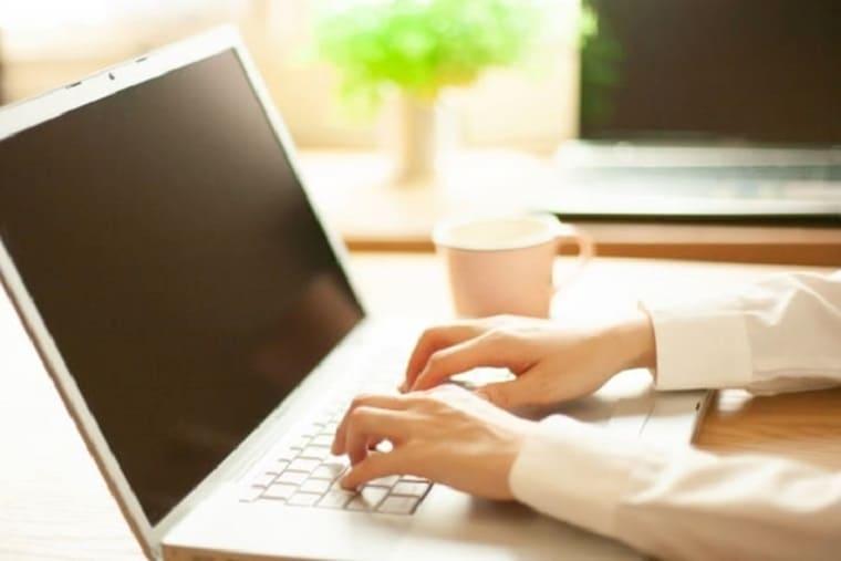 パソコンをする女性の手元