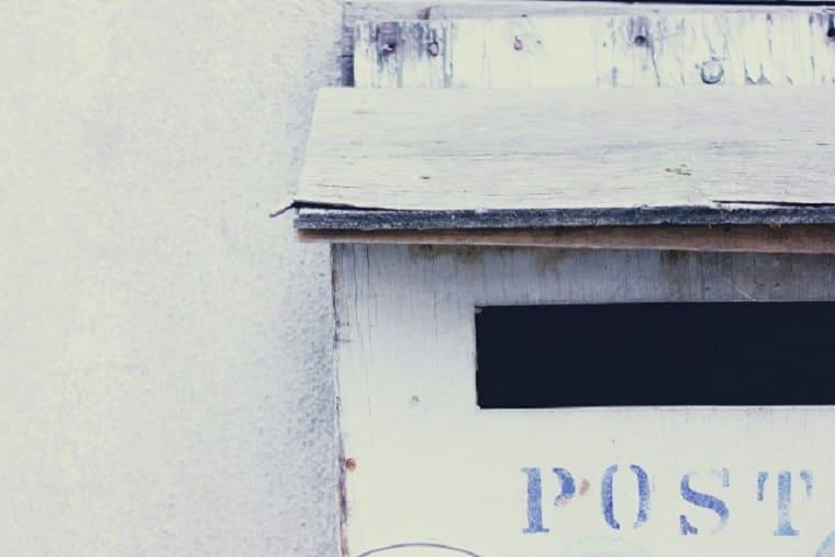 木でできた白い郵便受け