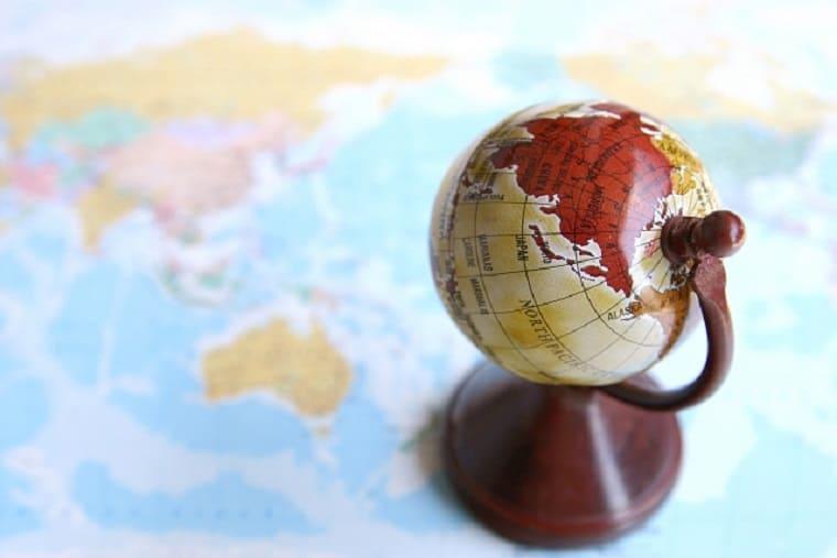 世界地図の上の地球儀