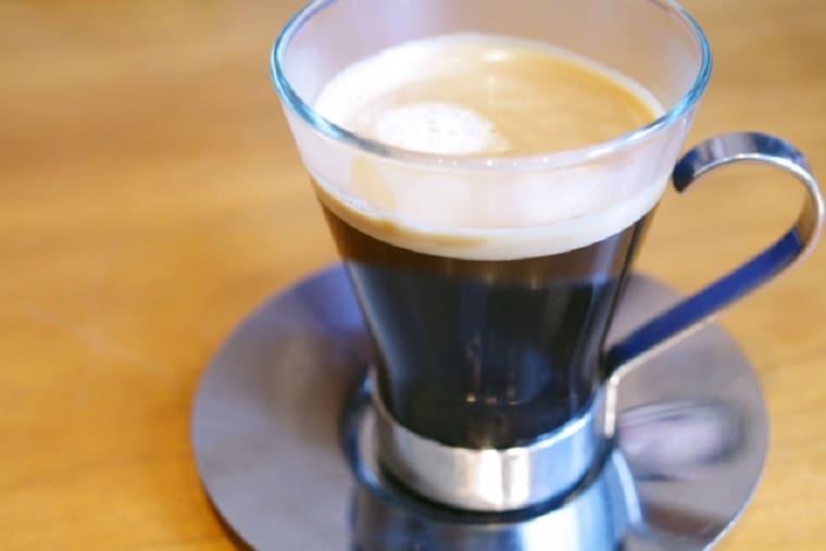 マグカップに入った淹れたてのホットコーヒー
