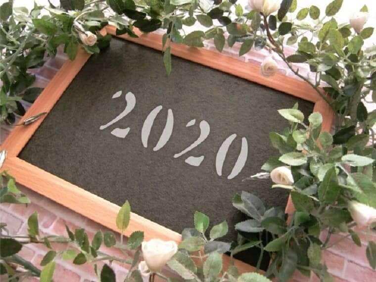 2020と書かれた小さな黒板
