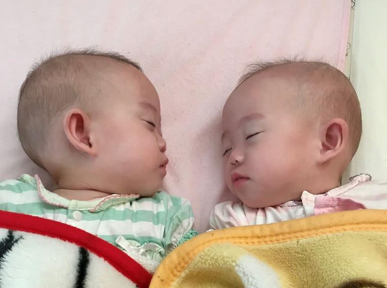 昼寝をしている双子の赤ちゃん